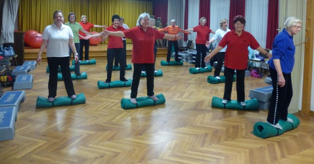 03_Gruppe Fitness 50 plus_auf_zusammengerollten_Matten